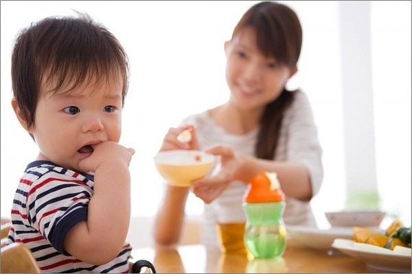 Sự khác nhau giữa cách cho bé ăn của mẹ Việt và mẹ Pháp