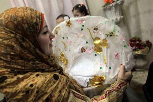 Tâp tục cho trẻ sơ sinh kỳ lạ ở các nước trên thế giới (12)