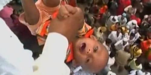 Tập tục lạ cho trẻ sơ sinh tại các nước trên thế giới (10)