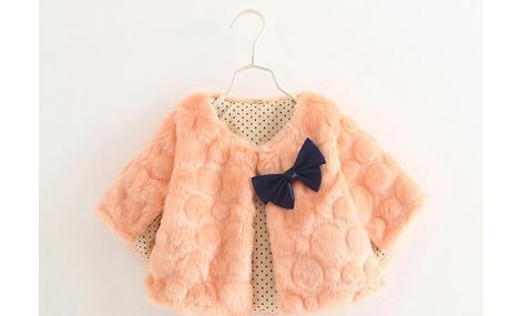 Áo choàng lông màu hồng đính nơ