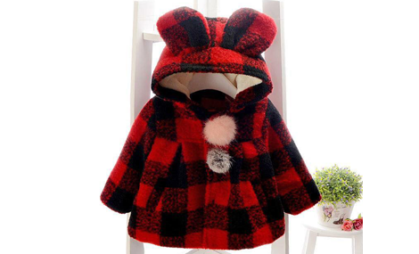 Áo dạ đỏ có mũ xinh xắn