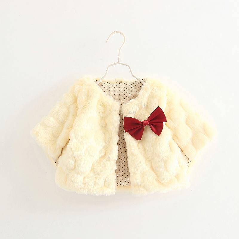 Áo choàng lông màu trắng đính nơ