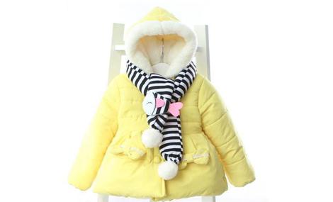 Áo khoác màu vàng quàng khăn xinh xắn