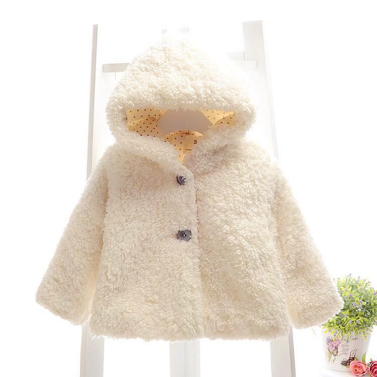 Áo khoác màu trắng bé gái xinh xắn